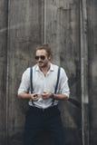 Βέβαιο καπνίζοντας τσιγάρο νεαρών άνδρων και κράτημα ελαφρύτερος Στοκ Εικόνες