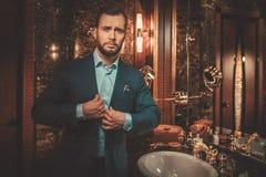 Βέβαιο καλά-ντυμένο άτομο στο εσωτερικό λουτρών πολυτέλειας Στοκ Φωτογραφίες