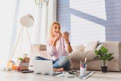 Βέβαιο κορίτσι που κάνει τη σύνθεση στο σπίτι της στοκ εικόνες με δικαίωμα ελεύθερης χρήσης