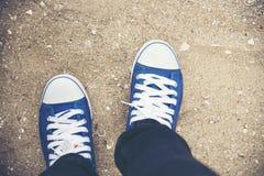 Βέβαιο μπλε πάνινο παπούτσι ένδυσης γυναικών έτοιμο ταξίδι μικρό ταξίδι χαρτών του Δουβλίνου έννοιας πόλεων αυτοκινήτων Στοκ φωτογραφία με δικαίωμα ελεύθερης χρήσης
