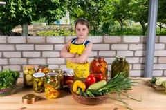 Βέβαιο νέο κορίτσι με τα συντηρημένα λαχανικά της Στοκ φωτογραφίες με δικαίωμα ελεύθερης χρήσης