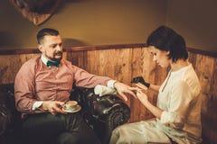 Βέβαιο ντεμοντέ άτομο με το φλιτζάνι του καφέ που κάνει το αρσενικό μανικιούρ σε ένα κατάστημα κουρέων στοκ εικόνα