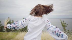 Βέβαιο ξένοιαστο καυκάσιο κορίτσι πορτρέτου που φορά τη μακροχρόνια απόλαυση φορεμάτων θερινής μόδας εξετάζοντας τη κάμερα και τρ απόθεμα βίντεο
