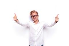 Βέβαιο ξανθό άτομο που παρουσιάζει αντίχειρες με τις ανοικτές αγκάλες Στοκ φωτογραφίες με δικαίωμα ελεύθερης χρήσης