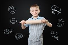 Βέβαιο παιδί που αισθάνεται ευτυχές μαγειρεύοντας μόνο Στοκ Εικόνα