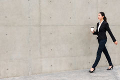Βέβαιο περπάτημα γυναικών δικηγόρων σε υπαίθριο Στοκ εικόνες με δικαίωμα ελεύθερης χρήσης