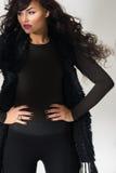 Βέβαιο πρότυπο μόδας σε ένα μαύρο σύνολο Στοκ Εικόνες
