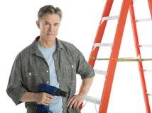 Βέβαιο τρυπάνι εκμετάλλευσης ξυλουργών υπερασπιμένος τη σκάλα Στοκ φωτογραφία με δικαίωμα ελεύθερης χρήσης