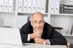 Βέβαιο businessmann που κλίνει το κεφάλι του επάνω Στοκ εικόνες με δικαίωμα ελεύθερης χρήσης