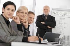 Βέβαιο businesspeople στην κατάρτιση Στοκ Εικόνες