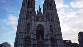 Βέλγων Καθεδρικός ναός των Βρυξελλών ST Michael ενάντια στο μπλε ουρανό το πρωί φιλμ μικρού μήκους