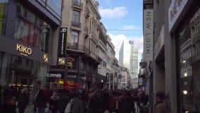 Βέλγων Το Δεκέμβριο του 2018 των Βρυξελλών Πολυάσχολη κυκλοφορία στην οδό αγορών στη Παραμονή Χριστουγέννων φιλμ μικρού μήκους