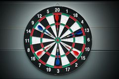 Βέλη και dartboard παιχνίδι βελών Στοκ εικόνες με δικαίωμα ελεύθερης χρήσης