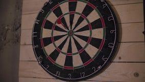Βέλος βελών που χάνει το στόχο σε έναν πίνακα βελών κατά τη διάρκεια του παιχνιδιού φιλμ μικρού μήκους