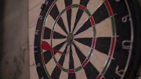 Βέλος βελών που χάνει το στόχο σε έναν πίνακα βελών κατά τη διάρκεια του παιχνιδιού απόθεμα βίντεο
