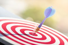 Βέλος βελών που χτυπά στο κέντρο στόχων του dartboard επιχειρησιακός στόχος έννοιας στην επιτυχία μάρκετινγκ στοκ φωτογραφίες με δικαίωμα ελεύθερης χρήσης