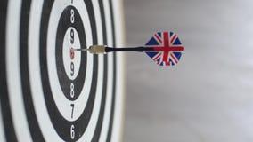 Βέλος που χτυπά bullseye, ενιαίο πυροβοληθε'ν ταύρος-μάτι Έννοια των επιτυχών επιχειρησιακών ιδεών που χτυπούν το ακριβές κέντρο στοκ εικόνα με δικαίωμα ελεύθερης χρήσης