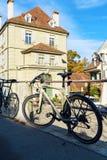 Βέρνη, Ελβετία - 17 Οκτωβρίου 2017: Σύγχρονα ποδήλατα που αλυσοδένονται Στοκ Εικόνα