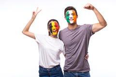 Βέλγιο εναντίον της Δημοκρατίας της Ιρλανδίας στο άσπρο υπόβαθρο Οι οπαδοί ποδοσφαίρου των εθνικών ομάδων γιορτάζουν, χορός και κ Στοκ Εικόνες