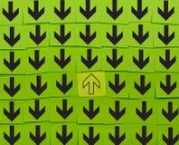 Βέλη Αντίθετη έννοια κατεύθυνσης Στοκ Φωτογραφίες