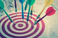 Βέλος βελών που χτυπά το κέντρο ενός στόχου, επιχείρηση επιτυχίας con Στοκ Εικόνα