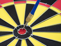 Βέλος βελών στο κέντρο του πίνακα βελών Στοκ φωτογραφία με δικαίωμα ελεύθερης χρήσης