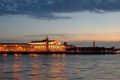 Βέλος του νησιού Vasilevsky, των ραμφικών στηλών και του ναυτικού μουσείου άρρωστων Στοκ Φωτογραφία