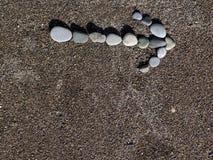 Βέλος των πετρών στην άμμο Στοκ εικόνα με δικαίωμα ελεύθερης χρήσης