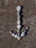 Βέλος των πετρών στην άμμο Στοκ Εικόνες