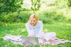 Βήματα για να αρχίσει η επιχείρηση Η γυναίκα με το lap-top ή το σημειωματάριο κάθεται στο πράσινο λιβάδι χλόης κουβερτών o στοκ φωτογραφία με δικαίωμα ελεύθερης χρήσης