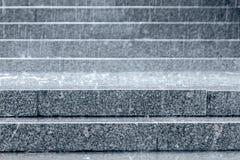Βήματα γρανίτη της σκάλας με τις σταγόνες βροχής που αφορούν τους κατά τη διάρκεια Στοκ Φωτογραφίες