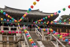 Βήματα εισόδων του κορεατικού buddhistic ναού Bulguksa με πολλά φανάρια για να γιορτάσει τα γενέθλια buddhas μια σαφή ημέρα r στοκ φωτογραφίες