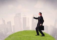Βήματα επιχειρηματιών Blindfolded στο μπάλωμα της χλόης Στοκ Εικόνες