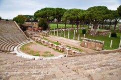 Βήματα και μαυσωλείο αμφιθεάτρων στο antica Ostia - Ρώμη Στοκ Φωτογραφία