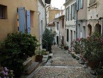 Βήματα και στενή οδός στην παλαιά πόλη Arles στην Προβηγκία Στοκ Εικόνες