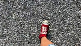 Βήματα κινηματογραφήσεων σε πρώτο πλάνο στο δρόμο στα κόκκινα παπούτσια φιλμ μικρού μήκους