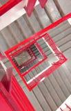 Βήματα με τον κόκκινο φράκτη χάλυβα στοκ φωτογραφίες