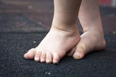 Βήματα μικρών παιδιών ` s Στοκ φωτογραφίες με δικαίωμα ελεύθερης χρήσης
