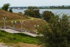 Βήματα στην αποβάθρα, τον ποταμό, τα δέντρα και τα σκάφη Στοκ φωτογραφία με δικαίωμα ελεύθερης χρήσης
