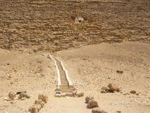 Βήματα στην κόκκινη πυραμίδα στοκ εικόνες