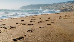 Βήματα στην παραλία Guincho στο Κασκάις, Πορτογαλία, ένα δημοφιλές kitesurfing σημείο στοκ εικόνες