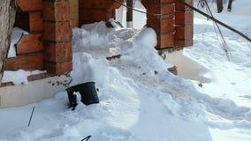 Βήματα των σκαλοπατιών που καλύπτονται με το χιόνι Είσοδος κινηματογραφήσεων σε πρώτο πλάνο στο εξοχικό σπίτι το χειμώνα απόθεμα βίντεο