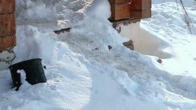 Βήματα των σκαλοπατιών που καλύπτονται με το χιόνι Είσοδος κινηματογραφήσεων σε πρώτο πλάνο στο εξοχικό σπίτι το χειμώνα φιλμ μικρού μήκους
