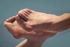 Βήμα από το πόδι με το μεγάλο κόκκαλο στο παιχνίδι στοκ φωτογραφία με δικαίωμα ελεύθερης χρήσης