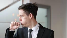 Βήχας, άρρωστο βήξιμο επιχειρηματιών στην αρχή στοκ εικόνα