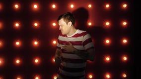 Βήχας ατόμων που στέκεται στο κόκκινο υπόβαθρο Αίσθημα αδιάθετος ή άρρωστος απόθεμα βίντεο