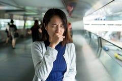 Βήχας γυναικών σε υπαίθριο στοκ φωτογραφίες με δικαίωμα ελεύθερης χρήσης
