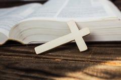 Βίβλος και σταυρός στο ξύλινο υπόβαθρο Στοκ Εικόνες