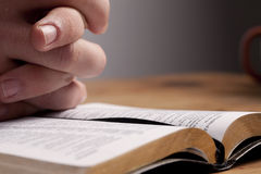 Βίβλος πέρα από την επίκλησ&eta Στοκ φωτογραφία με δικαίωμα ελεύθερης χρήσης