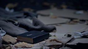Βίβλος που βρίσκεται στο πάτωμα στο βρώμικο σύνολο θέσεων της έννοιας απορριμάτων, ελπίδας και πεποίθησης στοκ φωτογραφίες